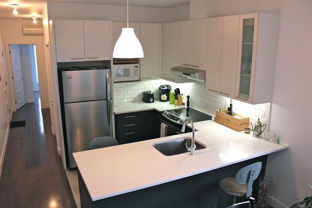 Fully equipped kitchen with lunch counter