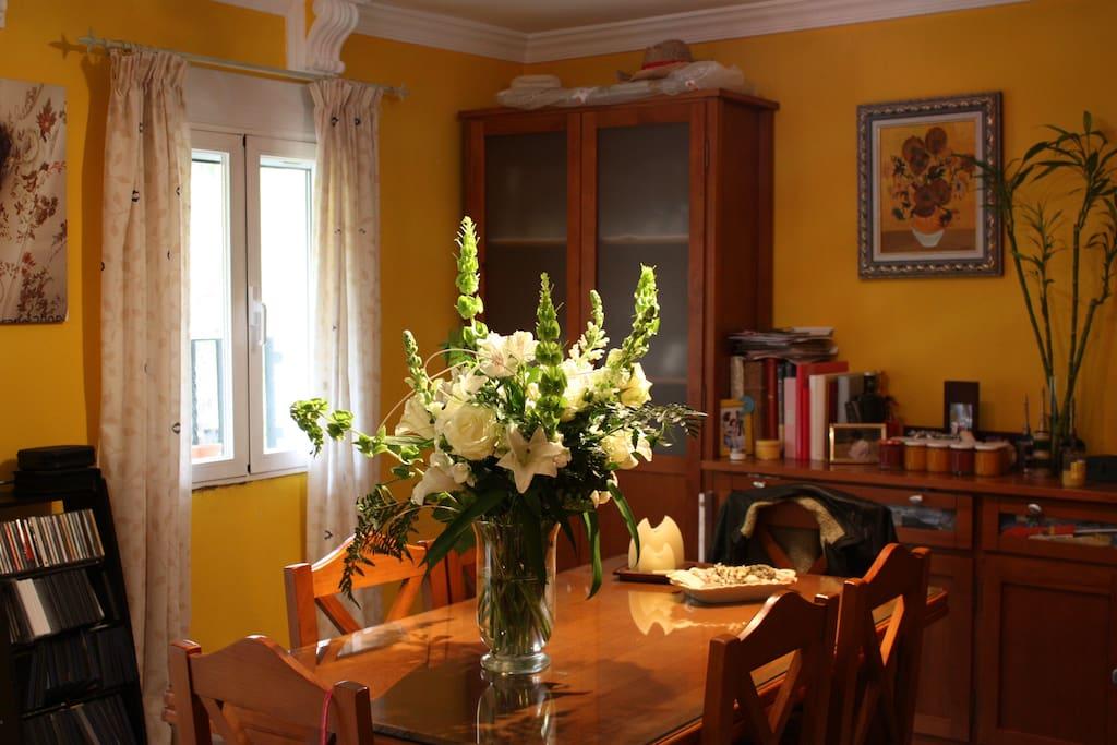 El salón, me gusta tener flores frescas en el salón y siempre que puedo hay.