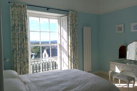 Large, light & airy double/ twin room with views. - House