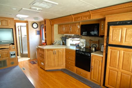 Spacious RV with private yard - Camper/RV