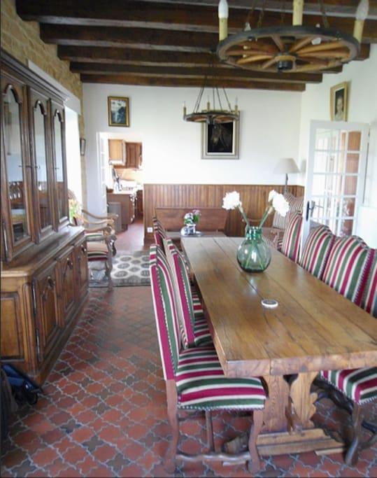 La salle à manger est meublée en style monastère.