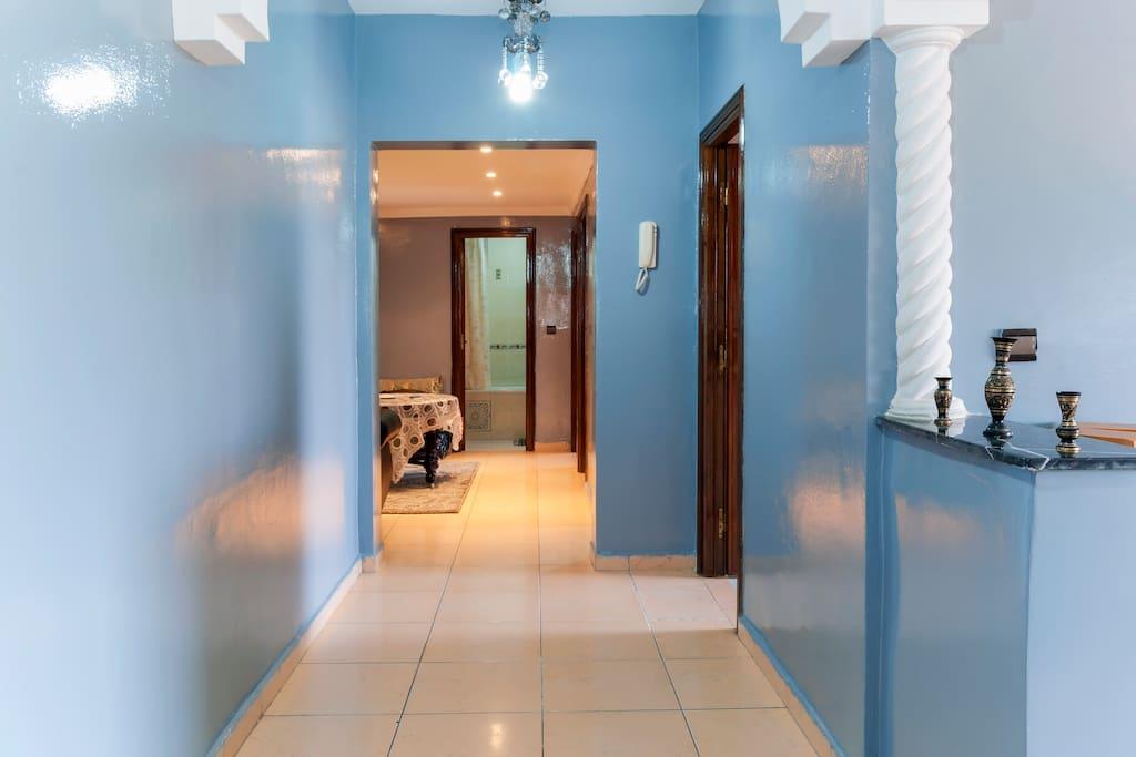 grand couloir avec a droite l'entree cuisine