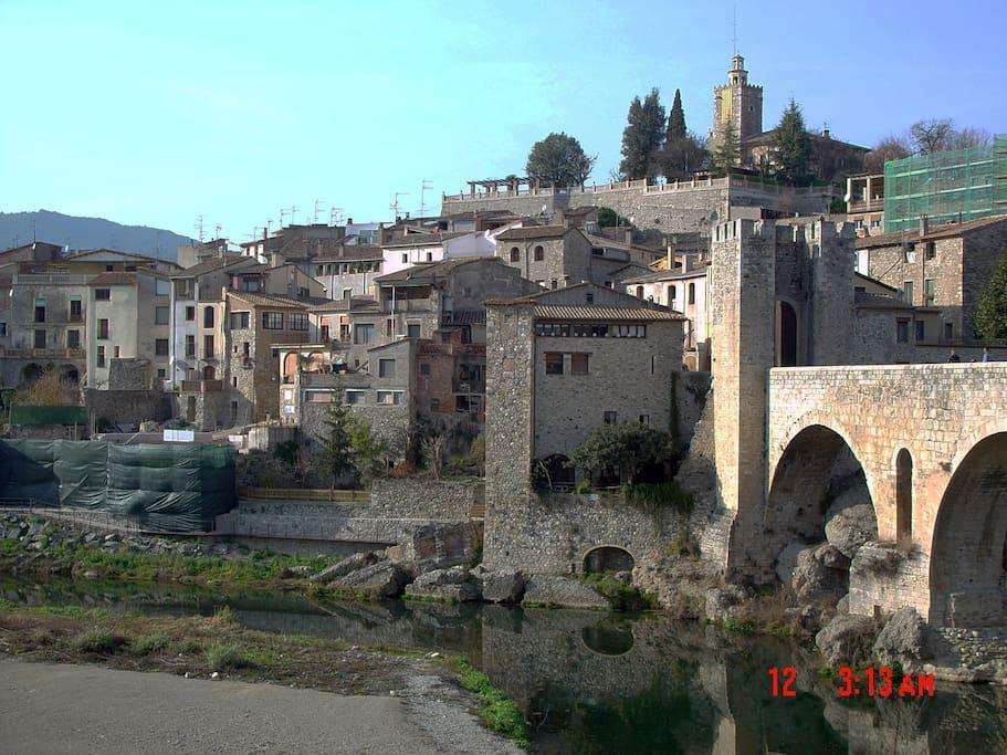 Besalú, pueblo medieval, 20 Km paseos entre piedras, antiguas y cocina tipica
