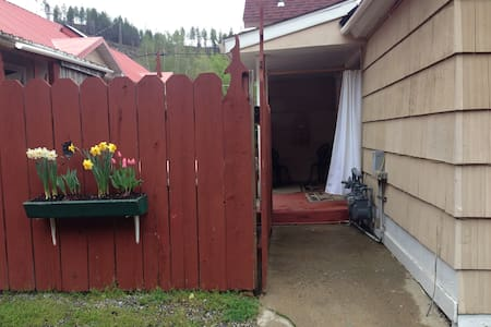 GetAWay - Private Hot Tub/Sleeps 4 - $79 nt - Kellogg - Hus