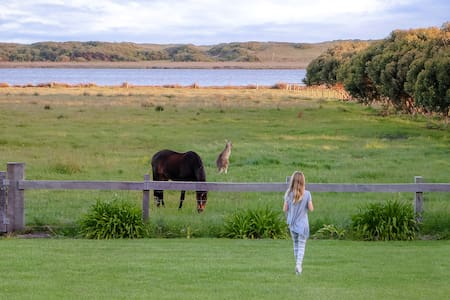 5* Secluded Lake View Rural Retreat in Port Fairy - Port Fairy