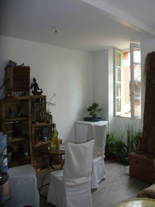 La même salle à manger vue d'un peu plus loin ... la 1ère fenêtre de la pièce à vivre est sur votre gauche et la 2ème ...
