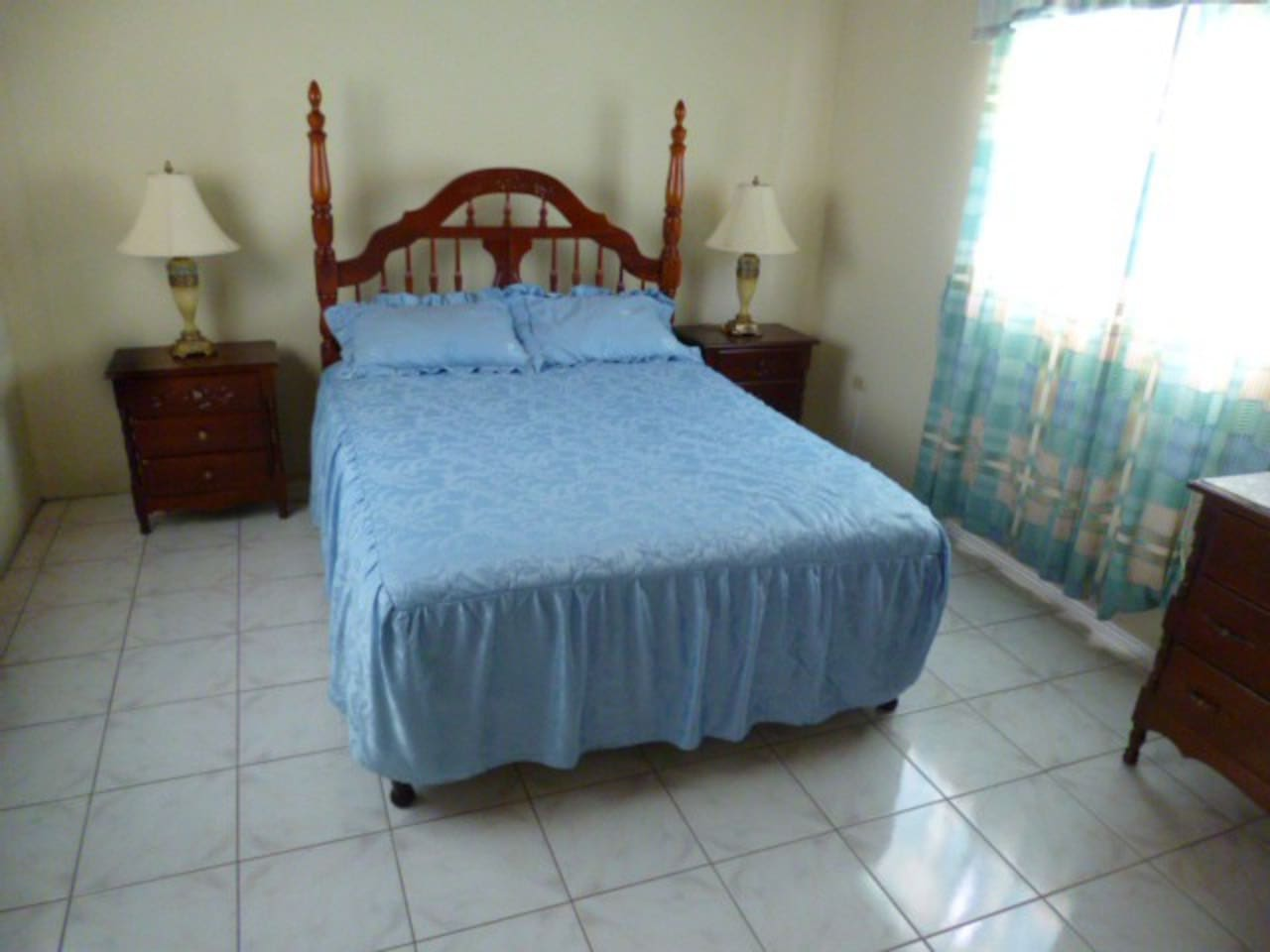 Midsize Ensuite. Queen Size bed. Clean comfortable room with Air conditioning and sea views.