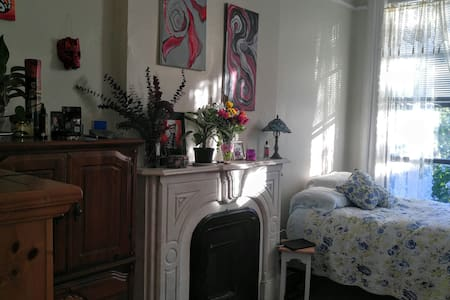 Charming room in historic location. - Albany