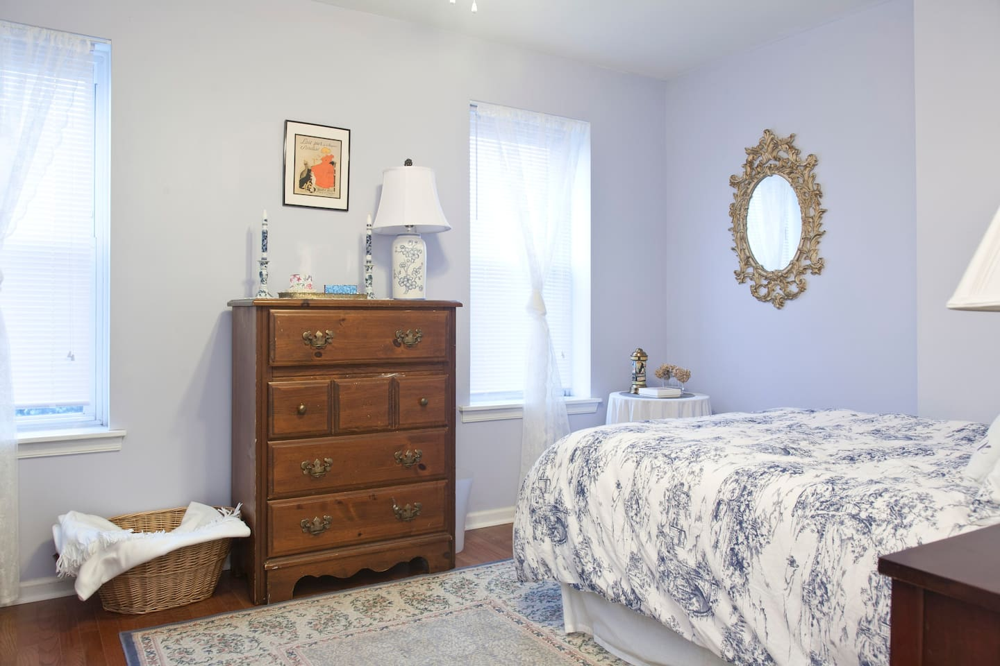 Comfy bed, spacious room, lots of natural light, ceiling fan or central air. You can even see a tiny bit of the Philly skyline and bridges to New Jersey out of the left window. Look for the famous milk bottle tower as well!