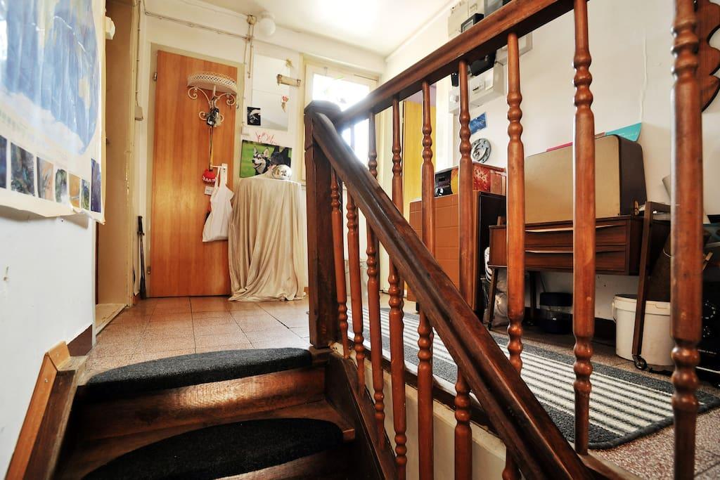 Der Wohnbereich liegt im ersten Stock, erreichbar über die alte Holztreppe.