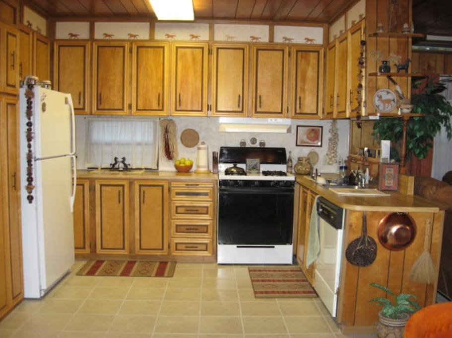 The cozy kitchen...notice the horses galloping above the cabinets!