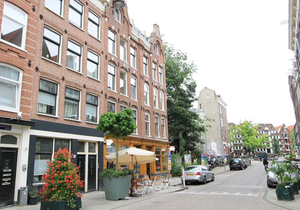 Overlooking the street with the lovely Spanish tapas restaurant below. On 50 meters is the Brouwersgracht. The nearest canal.