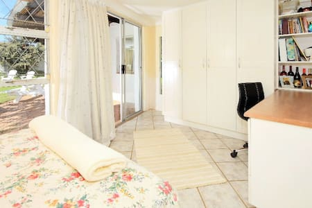 Pvt Room by the beach (Queen Bed) - Rumah
