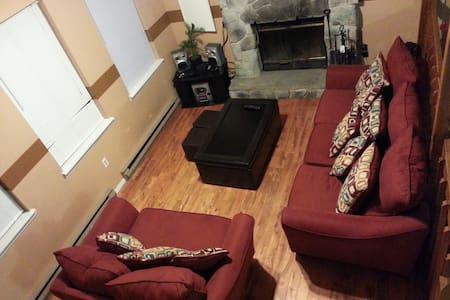 Bi-Level home with amenities! - Haus