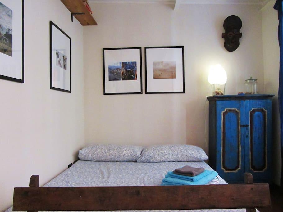 la camera con letto matrimoniale, ben arredata con oggetti ritrovati durante i viaggi.