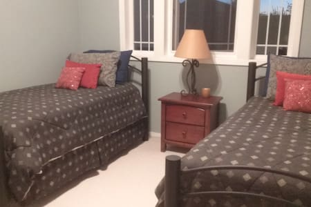 Two restful and cozy beds with private bath - Canby - House