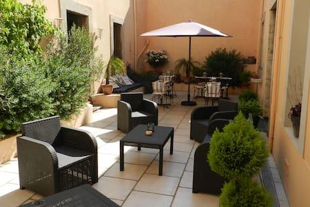 Large,quiet room,in charming B&B BQ - Lézignan-Corbières - Bed & Breakfast