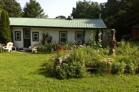 Beautiful Cottage amongst gardens - Catskill