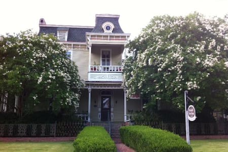 1870s' Victorian Bed and Breakfast - Columbus - Bed & Breakfast