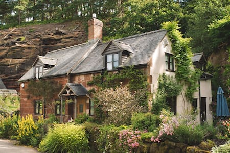 Underhill Cottage - Sleeps 7 - House