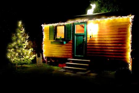 Schlafen im Bauwagen   - Romantic Wooden Caravan - - Gengenbach - Camper/Roulotte