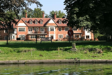2 Bed apartment, gated complex on River Thames - Staines-upon-Thames