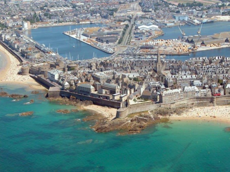 Vue aerienne de St Malo et sa ville fortifiée.