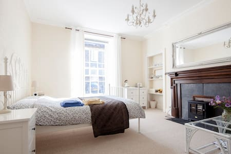 Big room in old Stirling townhouse - Bed & Breakfast