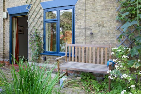 Victorian Suffolk cottage on green - Hus