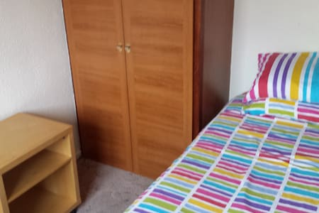 Sunny Single Room in our home - Newton Aycliffe - House