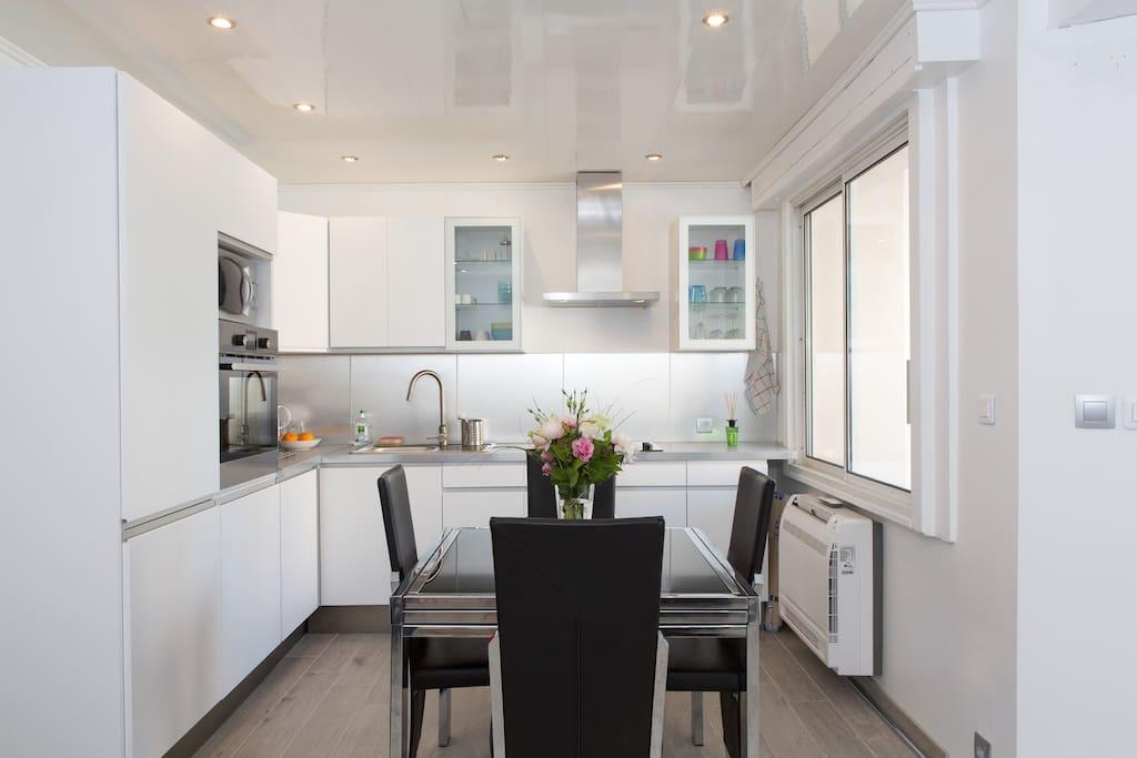 Cuisine moderne toute équipée. Appartement climatisé.