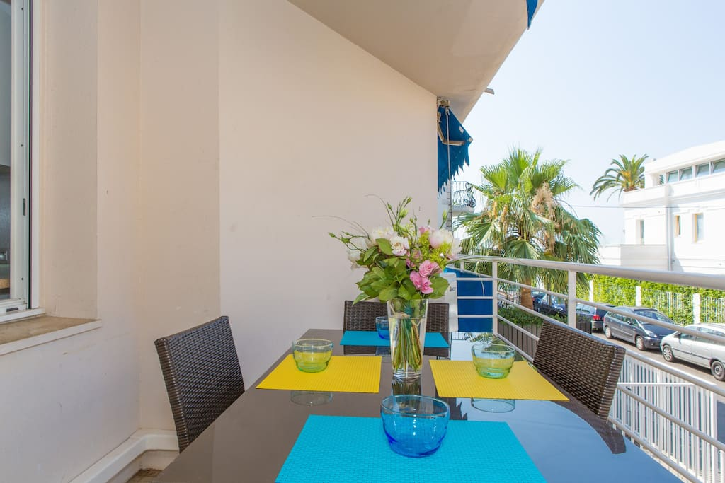Terrasse exposée ouest avec grande table à manger