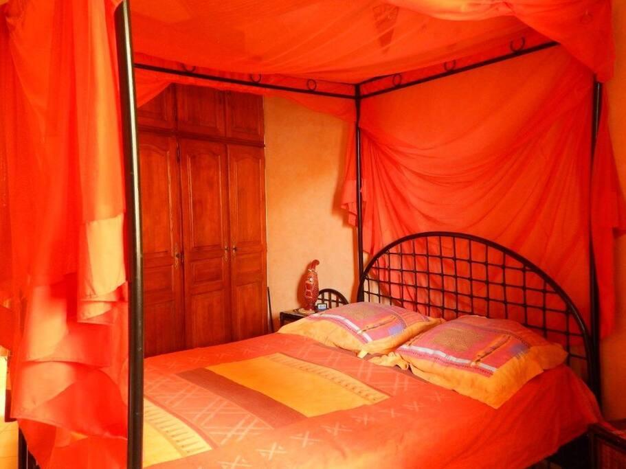 Chambre-02 avec aclim et sale de bain privé pour 2 adultes.