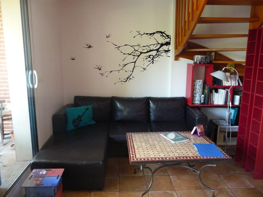 Le salon côté canapé / The living room - couch area