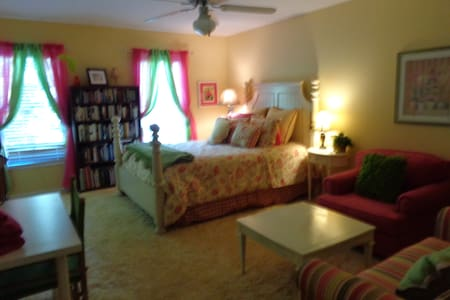 Room type: Entire home/apt Property type: House Accommodates: 11 Bedrooms: 6 Bathrooms: 3