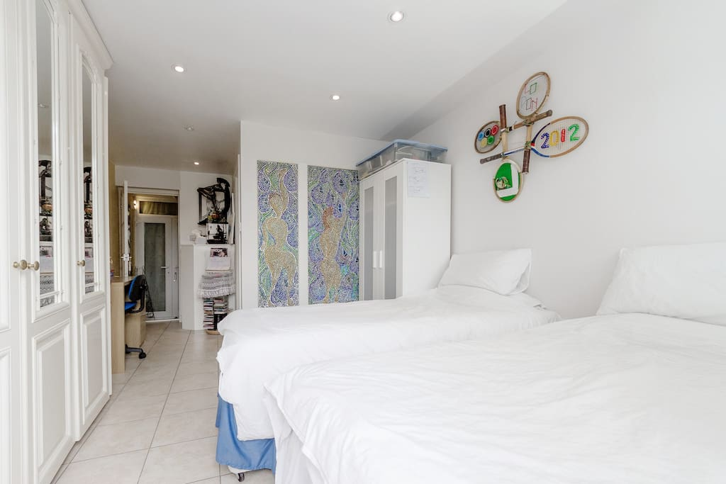 Twin bed room with en suite SW19