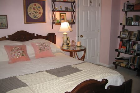 Double bed in quiet neighborhood - B&B