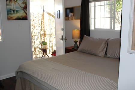 Private Room/Bath Mins to LAX/Beach/Shops/Dining! - Wohnung
