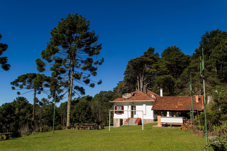 Casa com grande espaço verde, no meio da natureza!