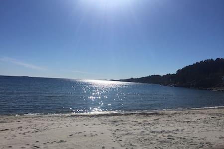 Enebolig i rolig nabolag nær strand - Grimstad - Casa