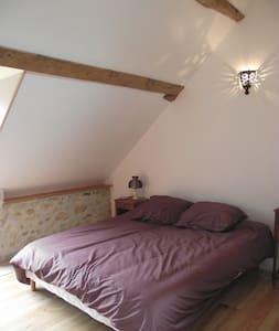 La Grange des Blins, chambre violette - Jouy - House