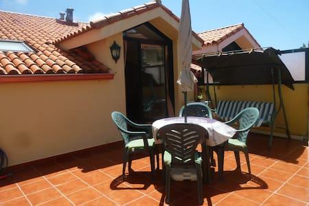 Céntrico ático con terraza - Appartement