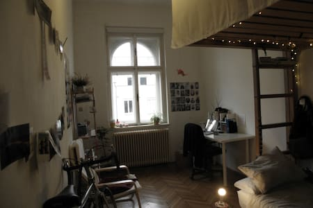 central and quiet location > near the Volksgarten, Musiktheater, Landstraße > supermarkets, restaurants and Landesbibliothek in 5 minutes walk > charming old building, with elevator and bicycle parking