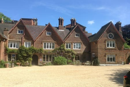 The Old Hall B&B with 3 Luxe rooms - Bed & Breakfast