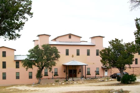 Baronial Hill Country River Estate - Lakás