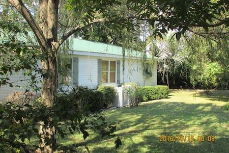 Comfortable Cottage in Historic Granville. - Ház
