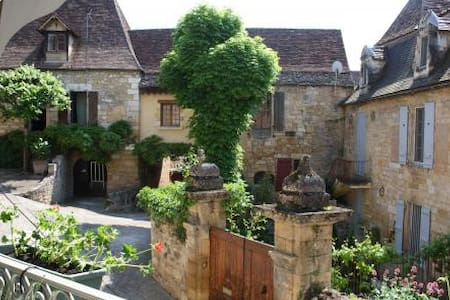 Maison de charme du XIV dans village médiéval - Dům