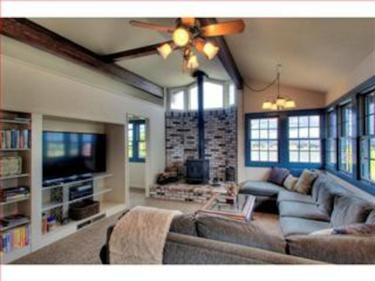 Spacious Living Room with Stove, Cable TV and Amazing views