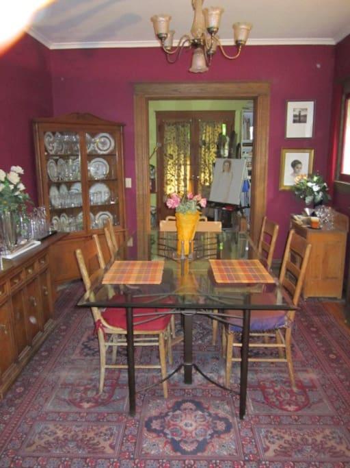 Dining room (seats eight)