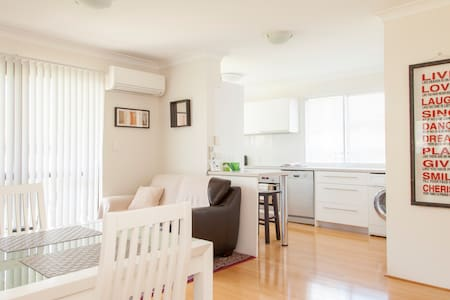 Stylish 2 Bedroom Unit - WiFi Ph AC - Apartment